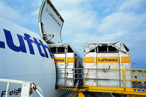 Lufthansa Cargo MD-11 loading-small